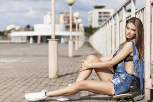 Eine junge Frau in Hotpants