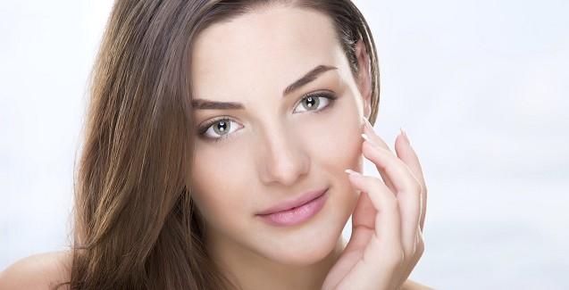 Eine junge Frau mit grünen Augen