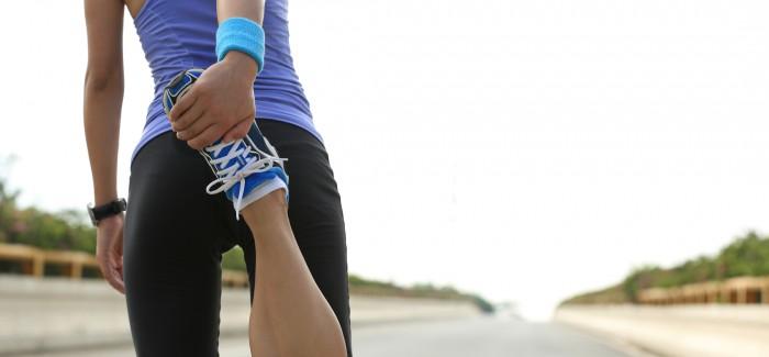 Eine junge Frau treibt Sport