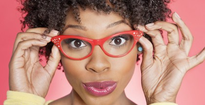 Junge Frau mit Afro