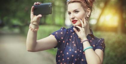 Junge Frau mit gefärbtem Haar