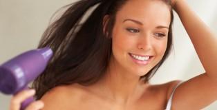 Eine junge Frau trocknet sich die Haare