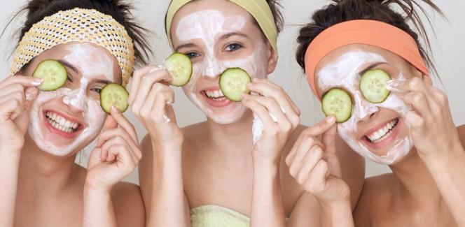 Teenager mit Gurkenmasken