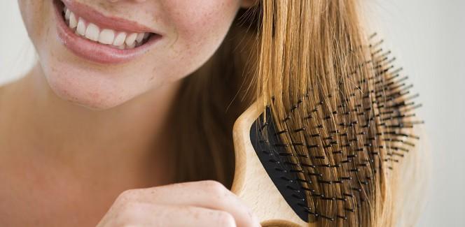 Eine Frau bürstet ihr Haar