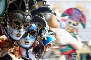Traditionelle Karnevalsmasken hängen an einem Verkaufsstand