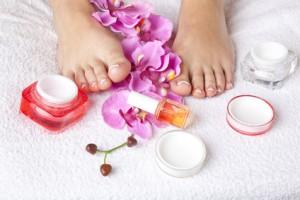 Füße und diverse Pflegeutensilien