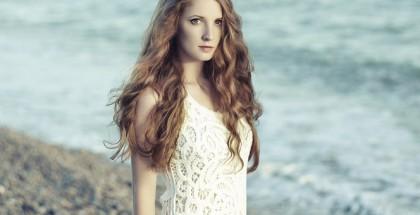 Schöne junge Frau mit roten Haaren
