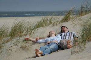 Paar liegt in den Dünen an der Ostsee