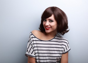 Junge Frau mit Kurzhaarfrisur