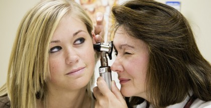 Eine Ohrenuntersuchung beim Arzt