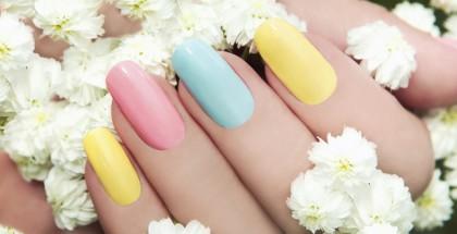 Bunt lackierte Nägel