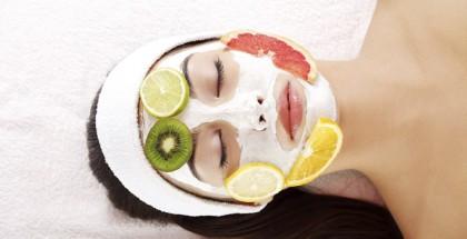 Eine Gesichtsmaske mit Früchten